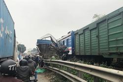 Hà Nội: Tàu hỏa 'vò nát' ô tô chở cá băng qua đường ray, 1 người nguy kịch