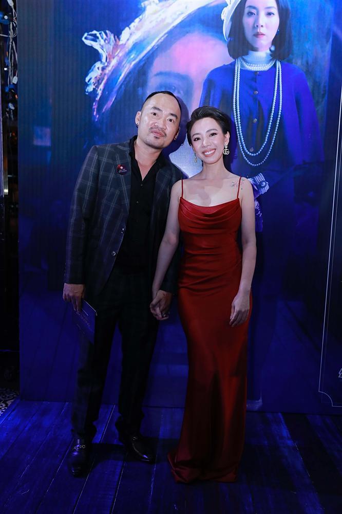 Đứng cùng trai trẻ Quốc Trường nhưng Thu Trang vẫn nắm chặt tay ông xã Tiến Luật-4