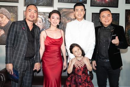 Đứng cùng trai trẻ Quốc Trường nhưng Thu Trang vẫn nắm chặt tay ông xã Tiến Luật