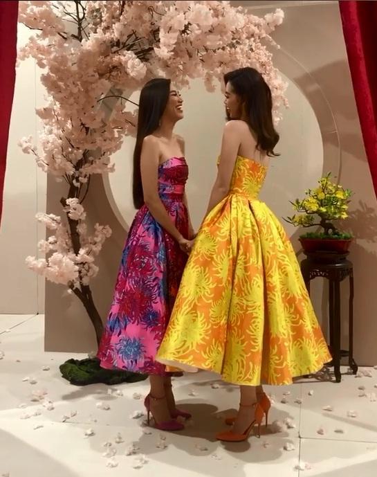 Tái hiện màn nắm tay trao giải, Hoa hậu Khánh Vân - Á hậu Kim Duyên tốc váy choảng nhau-1