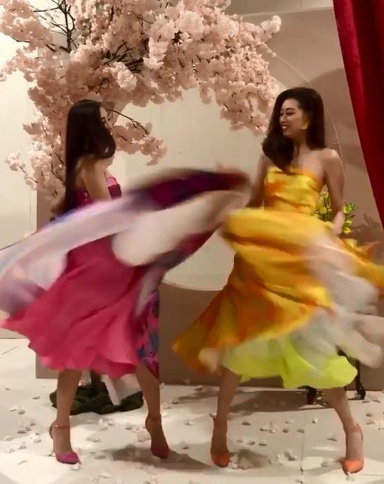 Tái hiện màn nắm tay trao giải, Hoa hậu Khánh Vân - Á hậu Kim Duyên tốc váy choảng nhau-3