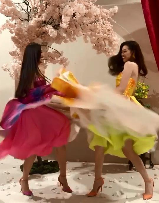 Tái hiện màn nắm tay trao giải, Hoa hậu Khánh Vân - Á hậu Kim Duyên tốc váy choảng nhau-4