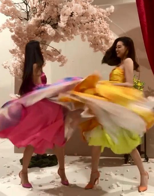 Tái hiện màn nắm tay trao giải, Hoa hậu Khánh Vân - Á hậu Kim Duyên tốc váy choảng nhau-5