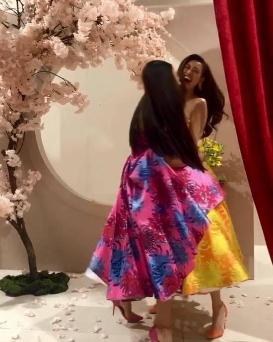 Tái hiện màn nắm tay trao giải, Hoa hậu Khánh Vân - Á hậu Kim Duyên tốc váy choảng nhau-6