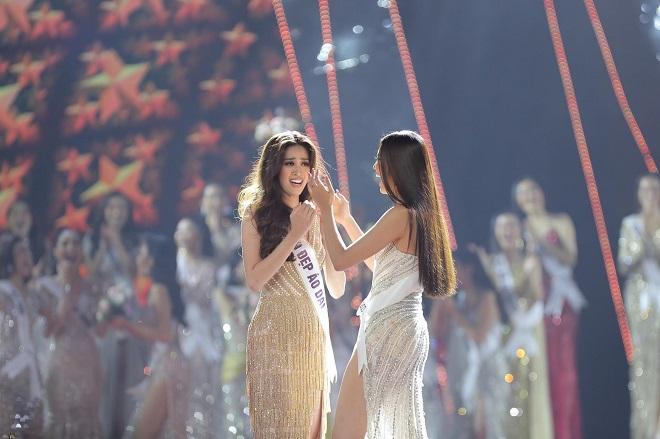Tái hiện màn nắm tay trao giải, Hoa hậu Khánh Vân - Á hậu Kim Duyên tốc váy choảng nhau-11