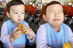 Phát sốt với biểu cảm cực 'cute' của quý tử nhà Phạm Hương khi ăn chanh