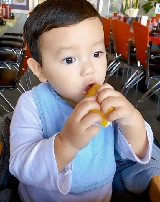 Phát sốt với biểu cảm cực cute của quý tử nhà Phạm Hương khi ăn chanh-2