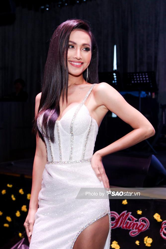 Hoài Sa chính thức là đại diện Việt Nam thi Miss International Queen, hát tiếng Anh đêm Tài năng-2