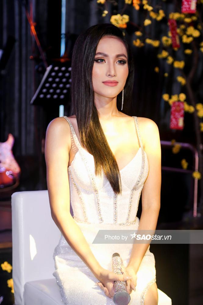 Hoài Sa chính thức là đại diện Việt Nam thi Miss International Queen, hát tiếng Anh đêm Tài năng-4