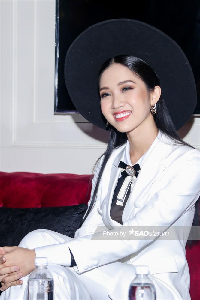 Hoài Sa chính thức là đại diện Việt Nam thi Miss International Queen, hát tiếng Anh đêm Tài năng-6