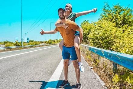 Cặp đôi du lịch qua 13 nước bằng cách đi nhờ xe