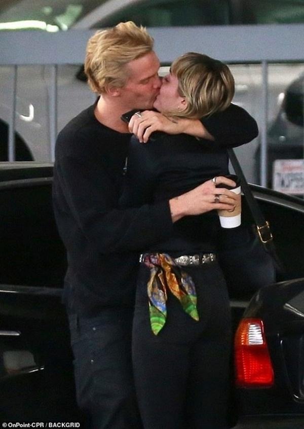 Chồng cũ Liam vừa lộ ảnh tình tứ với bồ trẻ, Miley Cyrus cũng công khai ôm hôn bạn trai nhiệt tình-3
