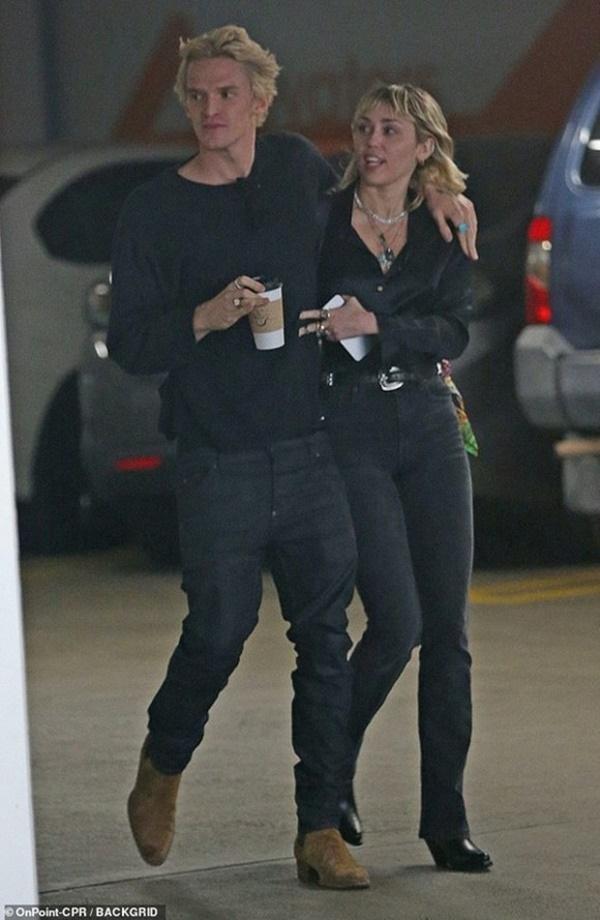 Chồng cũ Liam vừa lộ ảnh tình tứ với bồ trẻ, Miley Cyrus cũng công khai ôm hôn bạn trai nhiệt tình-5