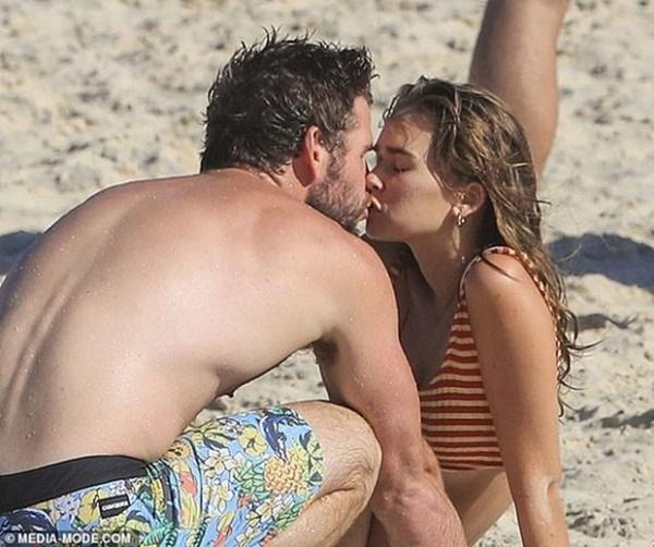 Chồng cũ Liam vừa lộ ảnh tình tứ với bồ trẻ, Miley Cyrus cũng công khai ôm hôn bạn trai nhiệt tình-6