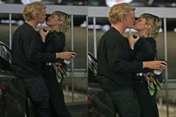 Chồng cũ Liam vừa lộ ảnh tình tứ với bồ trẻ, Miley Cyrus cũng công khai ôm hôn bạn trai nhiệt tình