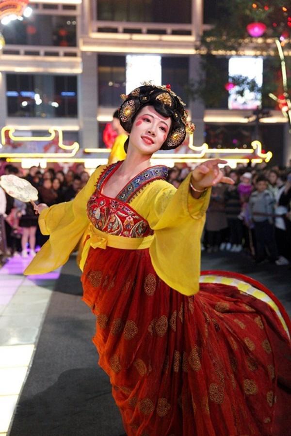 Vừa múa đẹp, vừa sở hữu vẻ tuyệt sắc giai nhân, cô gái kiếm bộn tiền trên phố-1