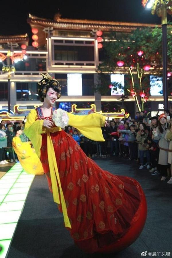 Vừa múa đẹp, vừa sở hữu vẻ tuyệt sắc giai nhân, cô gái kiếm bộn tiền trên phố-2