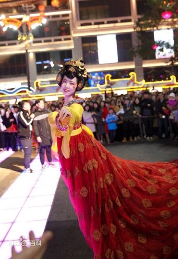 Vừa múa đẹp, vừa sở hữu vẻ tuyệt sắc giai nhân, cô gái kiếm bộn tiền trên phố-3
