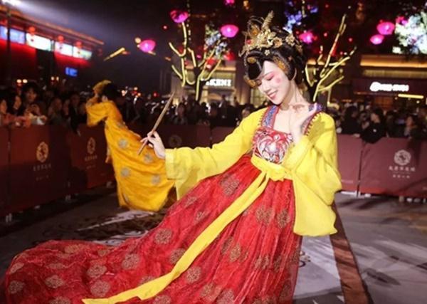 Vừa múa đẹp, vừa sở hữu vẻ tuyệt sắc giai nhân, cô gái kiếm bộn tiền trên phố-4
