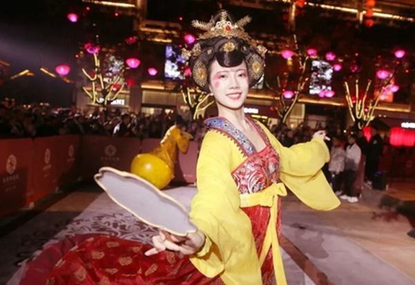 Vừa múa đẹp, vừa sở hữu vẻ tuyệt sắc giai nhân, cô gái kiếm bộn tiền trên phố-5