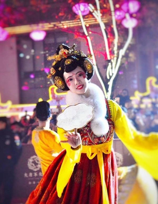 Vừa múa đẹp, vừa sở hữu vẻ tuyệt sắc giai nhân, cô gái kiếm bộn tiền trên phố-6