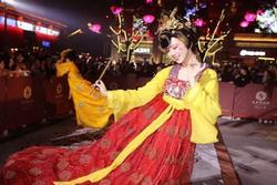 Vừa múa đẹp, vừa sở hữu vẻ 'tuyệt sắc giai nhân', cô gái kiếm bộn tiền trên phố