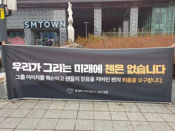 Cuộc biểu tình đuổi Chen khỏi EXO: Số lượng người tham gia ít ỏi, phóng viên chán quá phải đi về-3