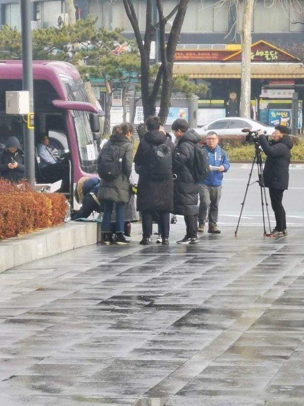 Cuộc biểu tình đuổi Chen khỏi EXO: Số lượng người tham gia ít ỏi, phóng viên chán quá phải đi về-4