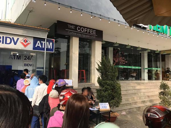 Cao thủ ngày Tết: Thấy dòng người xếp hàng trước cây ATM, người đàn ông mở ngay bàn dịch vụ rút tiền nhanh bên cạnh-1