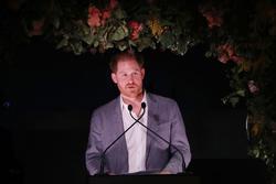 Hoàng tử Harry 'rất buồn' vì bị tước hẳn chức vị hoàng gia