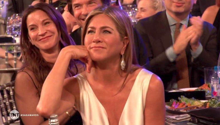 Brad Pitt nắm chặt tay Jennifer Aniston, rộ tin tái hợp-2