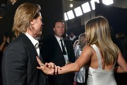 Brad Pitt nắm chặt tay Jennifer Aniston, rộ tin tái hợp