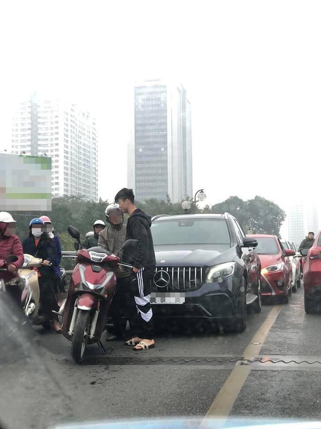 Lan truyền hình ảnh Đỗ Duy Mạnh va chạm xe ở cầu vượt Thái Hà, diễn biến sau đó mới hồi hộp-1