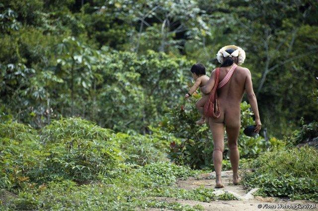 Nơi nam nữ ở trần quanh năm suốt tháng, xuyên xương khỉ qua môi để làm đẹp-2