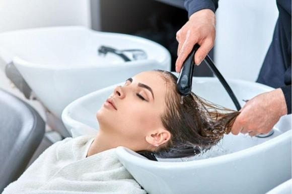 3 sai lầm khi gội đầu khiến chất lượng tóc ngày càng xấu và rụng nhiều-1