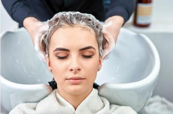 3 sai lầm khi gội đầu khiến chất lượng tóc ngày càng xấu và rụng nhiều-2