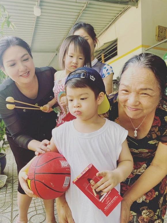 Sau 3 ngày đón Tết sớm ở bên ngoại, Nhật Kim Anh đưa con về Nội: Em khóc ôm cứng cổ mẹ không rời mà thương quá-3
