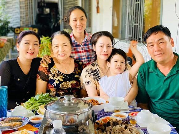 Sau 3 ngày đón Tết sớm ở bên ngoại, Nhật Kim Anh đưa con về Nội: Em khóc ôm cứng cổ mẹ không rời mà thương quá-4