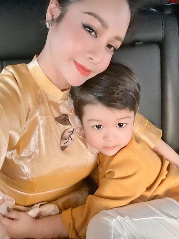 Sau 3 ngày đón Tết sớm ở bên ngoại, Nhật Kim Anh đưa con về Nội: Em khóc ôm cứng cổ mẹ không rời mà thương quá-5
