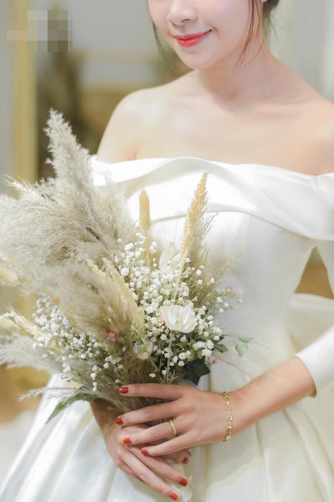 Hé lộ thêm loạt ảnh hậu trường Văn Đức đưa bạn gái xinh đẹp đi thử váy cưới-5