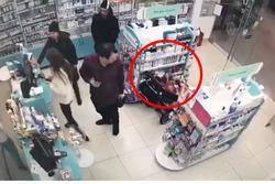 Clip: Choáng trước cảnh bố mẹ 'tạo điều kiện' để con nhỏ trộm la liệt đồ siêu thị giấu vào trong xe đẩy