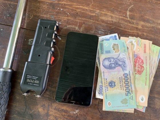 Thanh niên trấn lột tiền của người quan hệ ngoài luồng với vợ mình-2