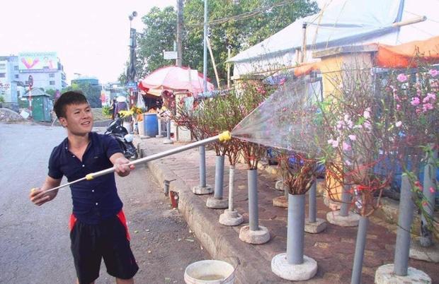 Cười sặc ảnh chế Quang Hải về quê bán đào kiếm bánh chưng có thịt, thầy Park tay xách nách mang sắm tết-1