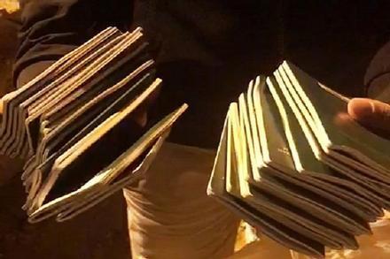 Bới từng xe rác tìm 29 cuốn hộ chiếu cho đoàn khách đi Hàn Quốc