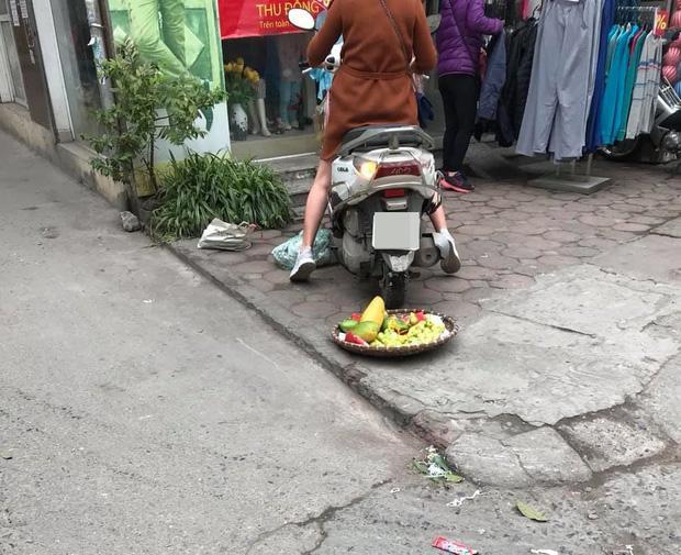 27 Tết, chủ shop quần áo phi xe cán nát mẹt hoa quả của bà cụ bán hàng rong, còn lớn tiếng quát nạt như mẹ thiên hạ-3