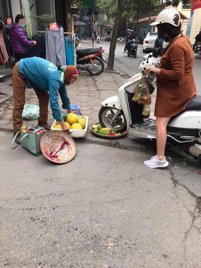 27 Tết, chủ shop quần áo phi xe cán nát mẹt hoa quả của bà cụ bán hàng rong, còn lớn tiếng quát nạt như mẹ thiên hạ-2