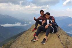 Xuân Trường chống nạng đi leo núi, 'săn mây' sau khi điều trị chấn thương