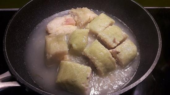 Rán bánh chưng cách này đảm bảo bánh giòn tan không cần một giọt dầu-1