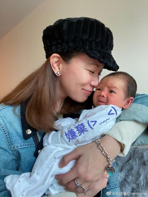 Kế Hoàng hậu Xa Thi Mạn trổ tài dỗ em bé nhưng ai cũng chỉ dán mắt vào điều này-3
