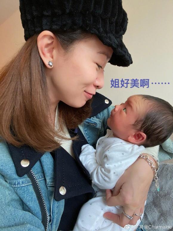 Kế Hoàng hậu Xa Thi Mạn trổ tài dỗ em bé nhưng ai cũng chỉ dán mắt vào điều này-5